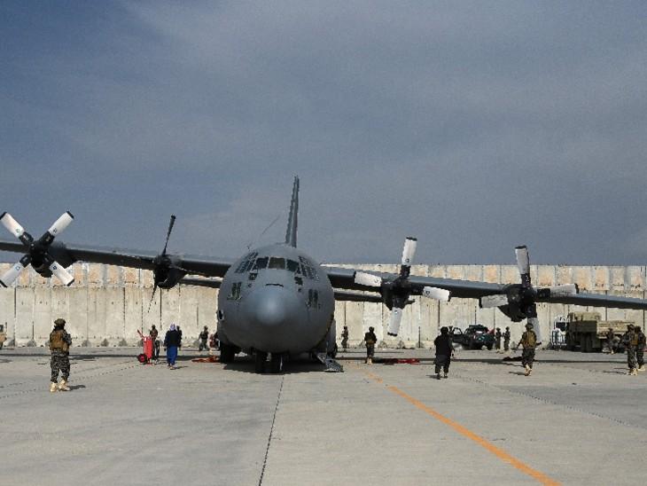 काबुल एयरपोर्ट पर अमेरिकी सैनिकों के छोड़े गए सी-130 सुपर हरक्यूलिस एयरक्राफ्ट की तलाशी लेते तालिबानी लड़ाके।