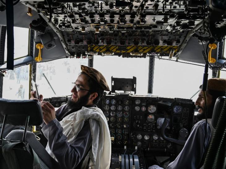 अमेरिका जाते-जाते काबुल एयरपोर्ट पर बहुत से एयरक्राफ्ट छोड़ गया है। ऐसे ही एक एयरक्राफ्ट में बैठे तालिबान के 2 लड़ाके।