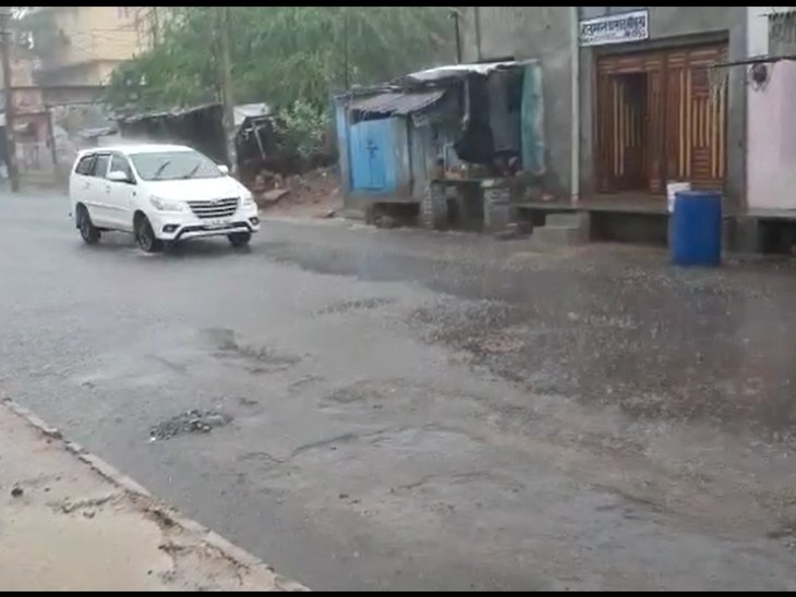 दो घंटे तेज बरसात से उमस से मिली राहत,रतनगढ़ में निचले इलाकों में भरा पानी,वाहन चालक हुए परेशान|चूरू,Churu - SN