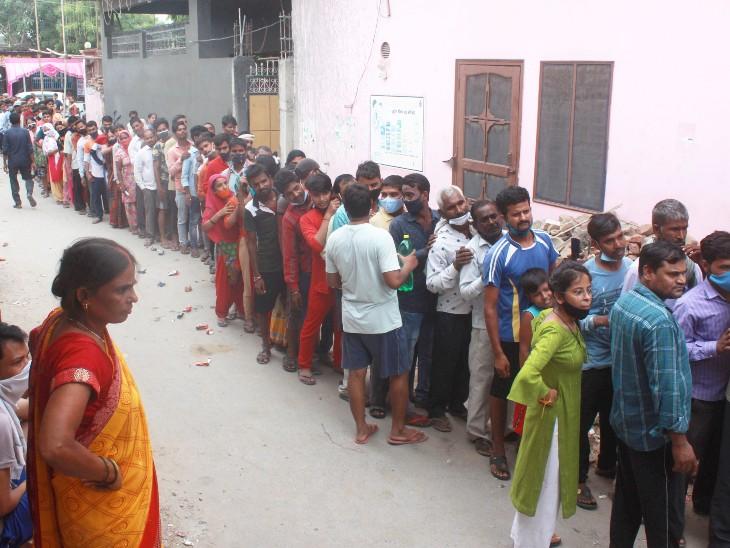 फोटो गुड़गांव की है। यहां वैक्सीन लगवाने के लिए लोग लंबी लाइन में खड़े हैं।