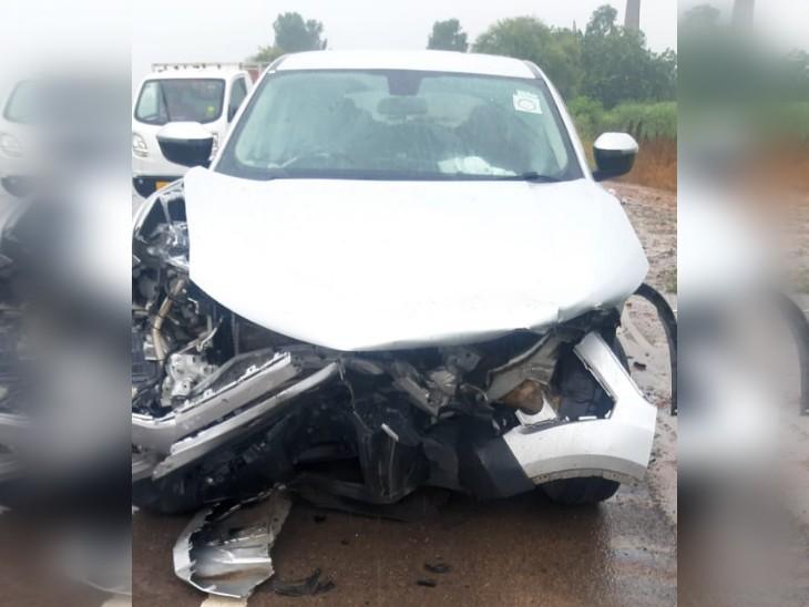 हादसे में क्षतिग्रस्त दूसरी कार, जिसमें सवार चालक मौके से फरार हो गया।