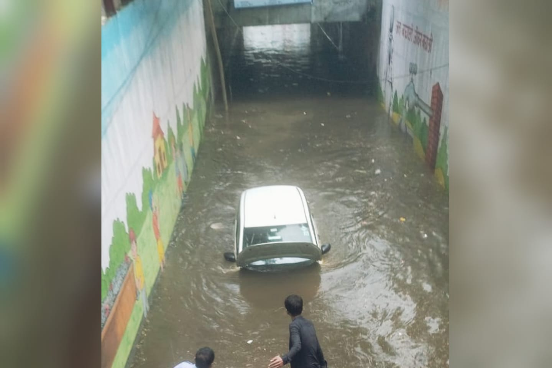 ज्यादातर कॉलोनियों में जलभराव, दुकानों-मकानों में घुसा पानी; गौशाला अंडरपास में कार डूबी गाजियाबाद,Ghaziabad - Dainik Bhaskar