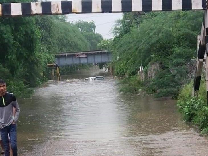 एनएचपीसी अंडरपास में भरा पानी, डूबी गाड़ी