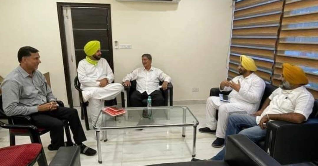 मंगलवार को चंडीगढ़ में नवजोत सिद्धू व अन्य नेताओं से बैठक करते हरीश रावत।