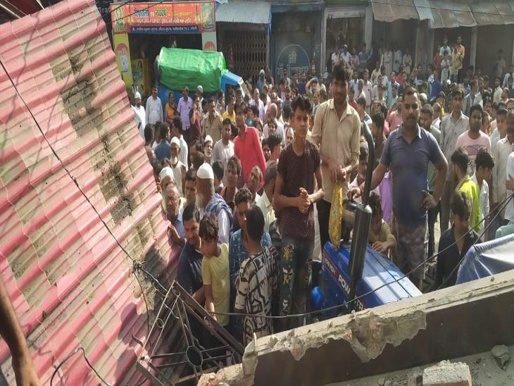 बिल्डिंग गिरने के बाद सड़क पर लोगों की हो गई भीड़ जमा।