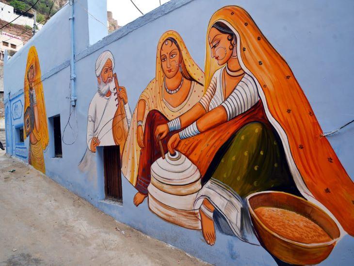 राजस्थान में धान को पत्तथर की घट्टी में पीसने की परम्परा थी। आज भी ग्रामीण क्षेत्र में अधिकांश घरों में इसी तरह घट्टी पर दाल आदि पीसती महिलाएं नजर आती है। इसी परम्परा को दीवर पर पेंटिंग के माध्यम से जिंदा रखने की कोशिश की गई है। आने वाली पीढ़ी भी जो शहरों में रहती है उन्हें भी यह पेंटिंग राजस्थान की संस्कृति और परम्परा से रुबरु करवा रही है।