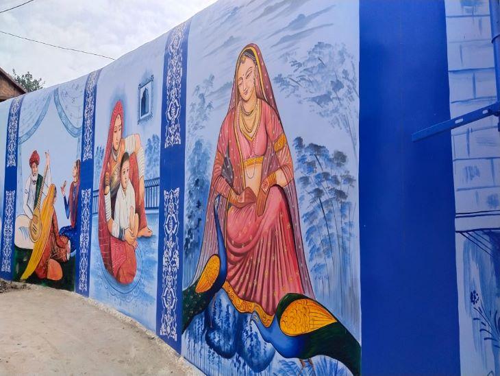 राजपूती शैली की यह चित्रकारी में पर्यावरण प्रेम को भी दर्शाया गया है। राष्ट्रीय पक्षी मोर को दाना देते हुए महिला की यह पेंटिंग रजवाड़े की झलक प्रस्तुत कर रही है। बड़ी बात तो यह है कि इस दीवार पर चित्रकार ने इतनी बारिकी से किया गया कार्य आकर्षित कर रहा है। महिला के आभुषण, परिधान हाथों में मेंहदी आदि से रजवाड़ी झलक को खूबसूरती से प्रस्तुत किया है।