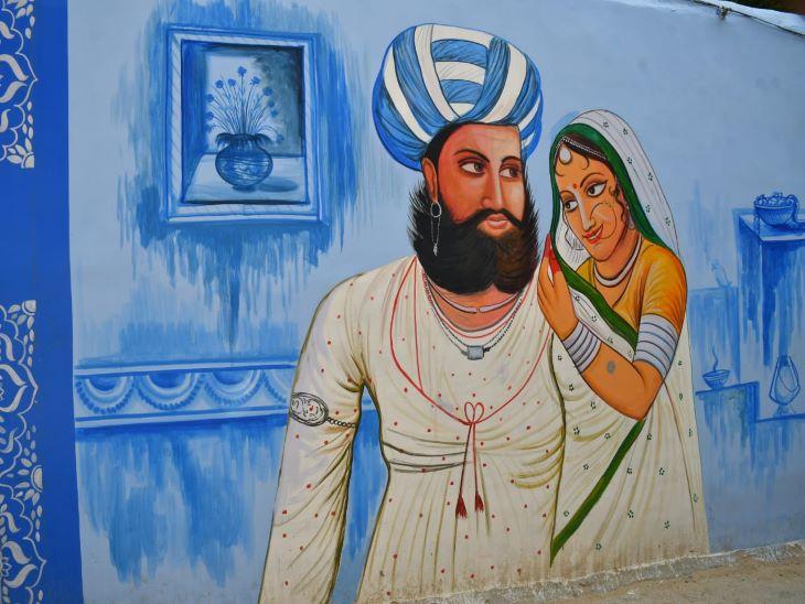 दीवार पर चित्रण की मेवाड़ी शैली में यह पेंटिंग बनाइ गई है। जिसमें बड़ी मूछों में पुरुष पगड़ी व कानों में कुंडल पहने दिखाया गया है। दाम्पत्य जीवन की छवी प्रस्तुत करती यह पेंटिंग हर किसी को आकर्षित करती नजर आ रही है। अचकन पहने पुरुष जिसके गले में हाथों में भी आभुषण को चित्रित किया गया है। वहीं महिला का लहंगा व पारदर्शी ओढ़नी, छोटा कद, ठुड्डी पर तिल, मछली जैसी आँखे, सरल भावयुक्त चेहरा मारवाड़ में मेवाड़ी चित्रकारी की झलक दिखा रही है।