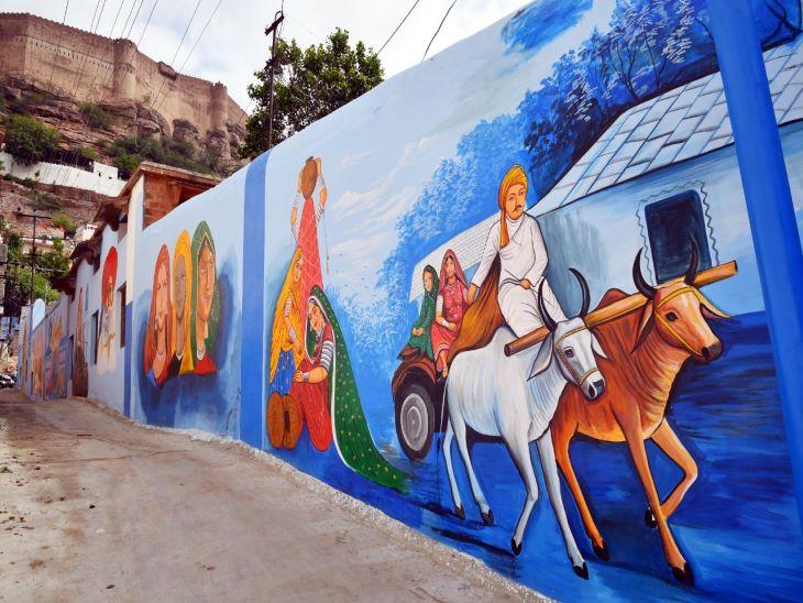 मेहरानगढ़ की पहाड़ी से सटी यह दीवार राजस्थान की मिनी झांकी प्रस्तुत कर रही है। दीवार पर बना बैलगाड़ी की पेंटिंग ग्रामीण परिवेश की झलक प्रस्तुत कर रहा है। बैल गाड़ी पर अपने परिवार को ले जाता किसान ढेढ ग्रामीण परम्परा की झलक दिखा रहा है। नीले मकानों और सुंदर पेंटिंग से घिरा सिटी पुलिस का यह इलाका अब देश-विदेश के पर्यटकों को आकर्षित करने लगा है।