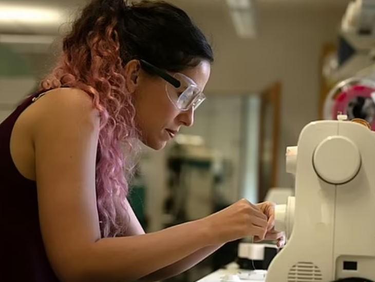 कार्बन नैनोट्यूब फायबर को आम बुनाई मशीन से बुनकर कपड़ा तैयार किया गया है।