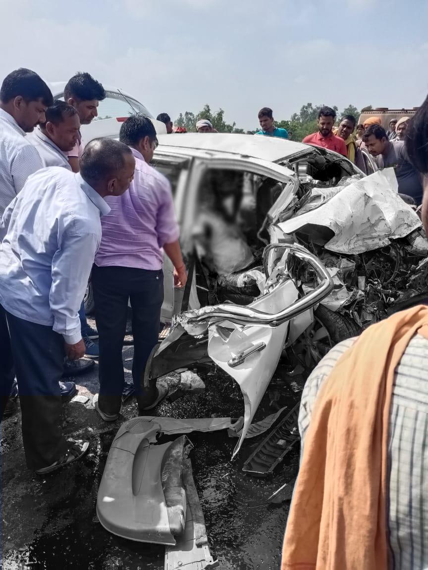 कार और ट्रेलर आमने-सामने भिड़े, पति की मौत; पत्नी-बेटे की हालत गंभीर, उद्घाटन के बगैर एक्सप्रेस वे पर दौड़ रहे हैं वाहन|सुलतानपुर,Sultanpur - Dainik Bhaskar