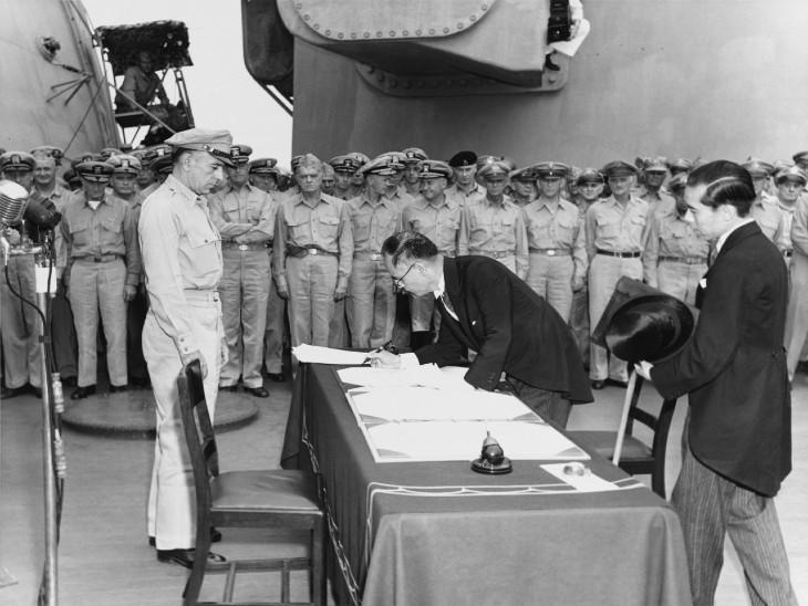 सरेंडर लेटर पर साइन करते जापान के विदेश मंत्री मामोरू शेगेमित्सू।