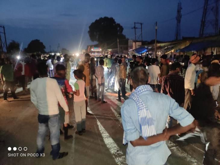 लाइन ठीक करते समय एचटी लाइन से चिपका, परिजनों ने हाइवे पर शव रखकर जाम लगाया; पुलिस पर पथराव, 4 घायल|जालौन,Jalaun - Dainik Bhaskar