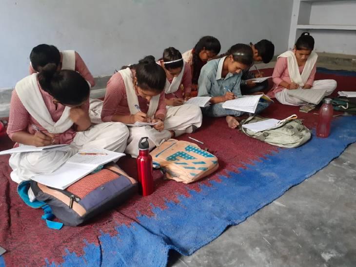 67 छात्राओं को पढ़ाने के लिए है 5 शिक्षकें, पहले 500 की संख्या में आती थी पढ़ने बागपत,Baghpat - Dainik Bhaskar