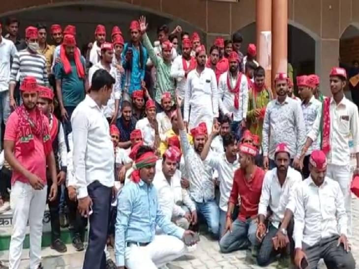 प्रदेश सरकार पर फीस बढ़ाने का आरोप लगाते हुए दिया धरना, जमकर की नारेबाजी|कन्नौज,Kannauj - Dainik Bhaskar