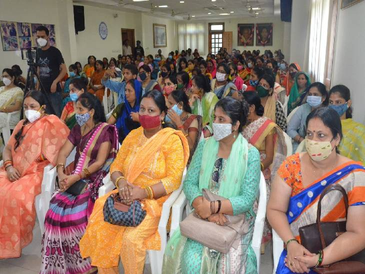 सम्मेलन में शामिल महिलाएं।