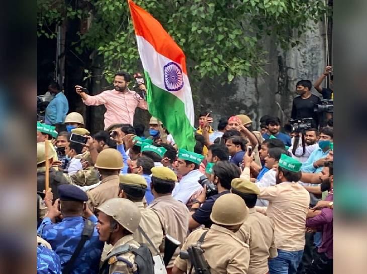 प्रदर्शनकारियों पर तिरंगे थे। वह भारत माता की जय के नारे भी लगा रहे थे।