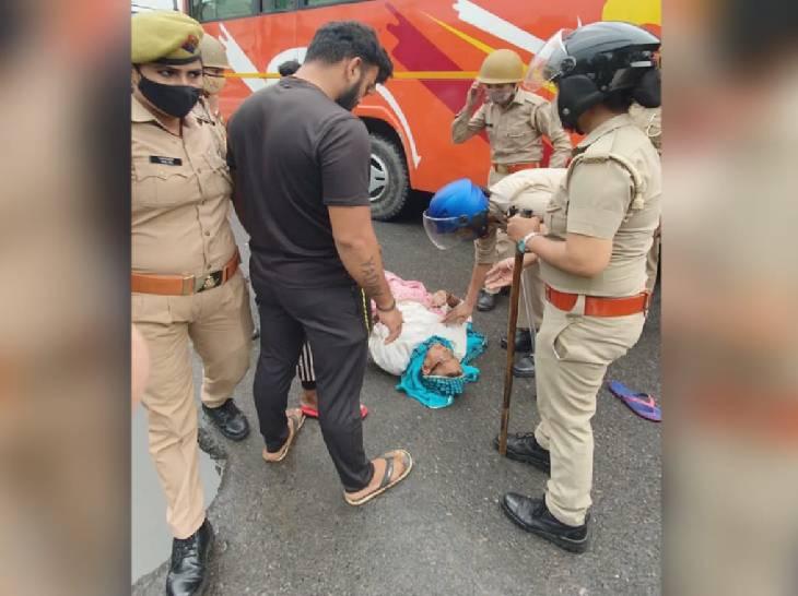 पुलिस ने प्रदर्शनकारियों को उठाने का प्रयास किया तो वह जमीन पर लेट गए।