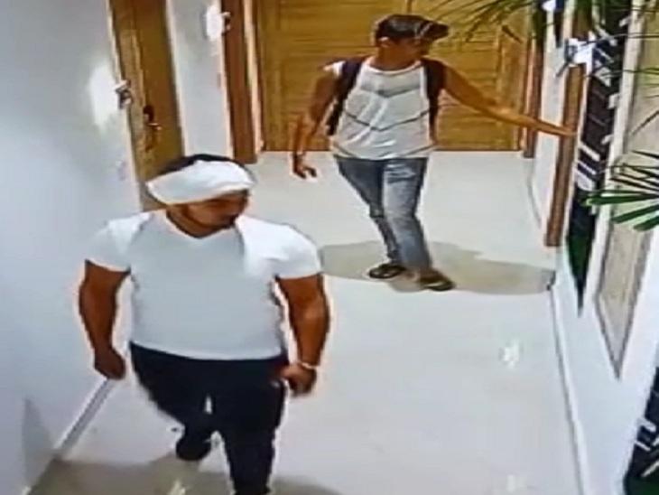 होटल के कमरे से बाहर निकलते अभिषेक उर्फ मोनू और उसका दोस्त।