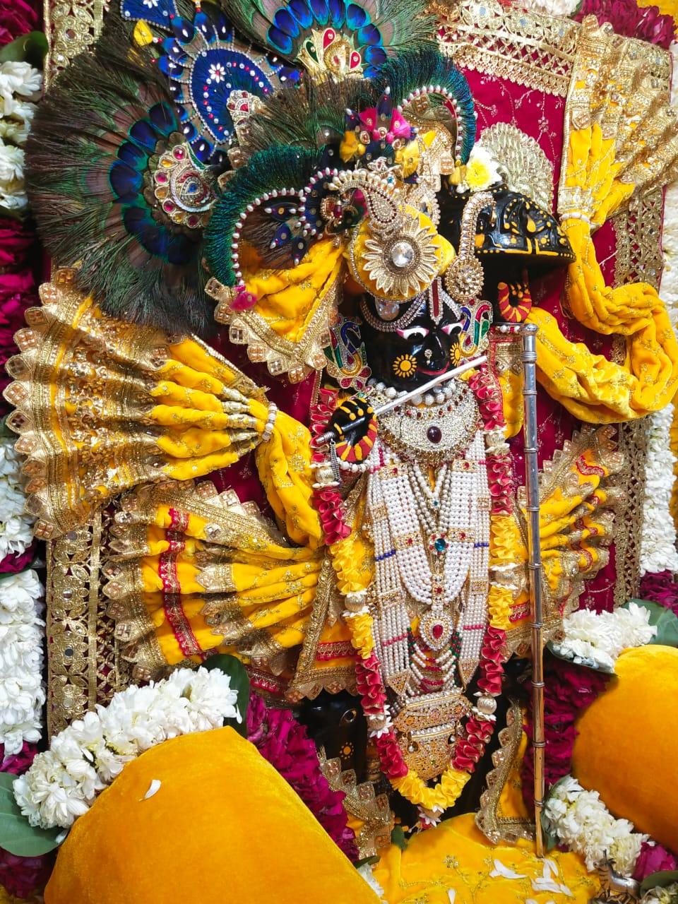मंदिर में सजाई गई श्री कृष्ण की प्रतिमा।