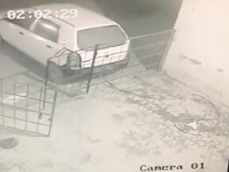 लूट की वारदात में इस्तेमाल कार और उससे ATM तक फैलाई गई गैस कटर सैट की पाइप।