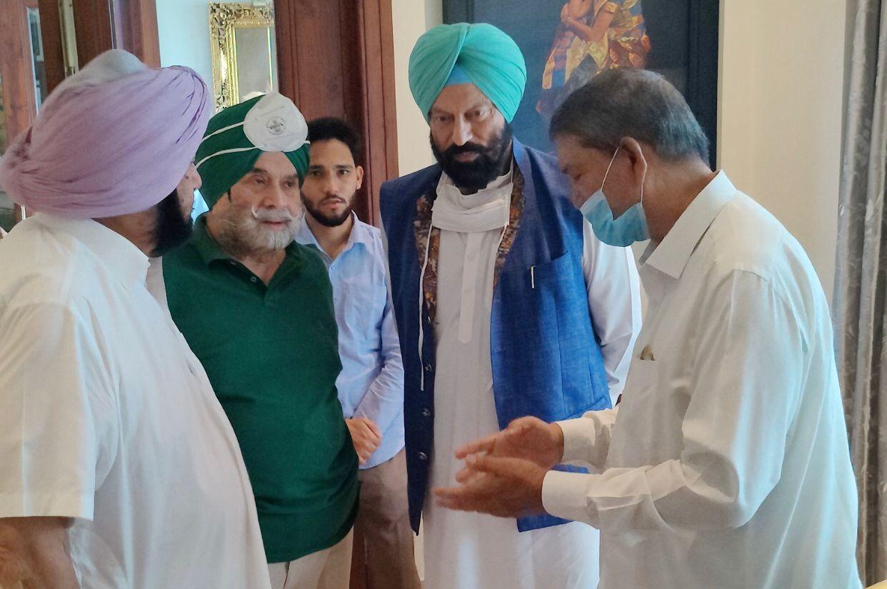 कैप्टन के साथ खेल मंत्री राणा सोढ़ी के साथ चर्चा करते हरीश रावत।