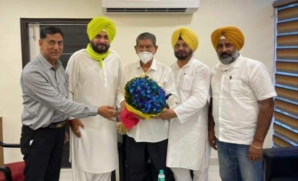 हरीश रावत के चंडीगढ़ पहुंचने पर नवजोत सिद्धू, संगठन महासचिव परगट सिंह, कार्यकारी प्रधान कुलजीत नागरा व पवन गोयल ने स्वागत किया।