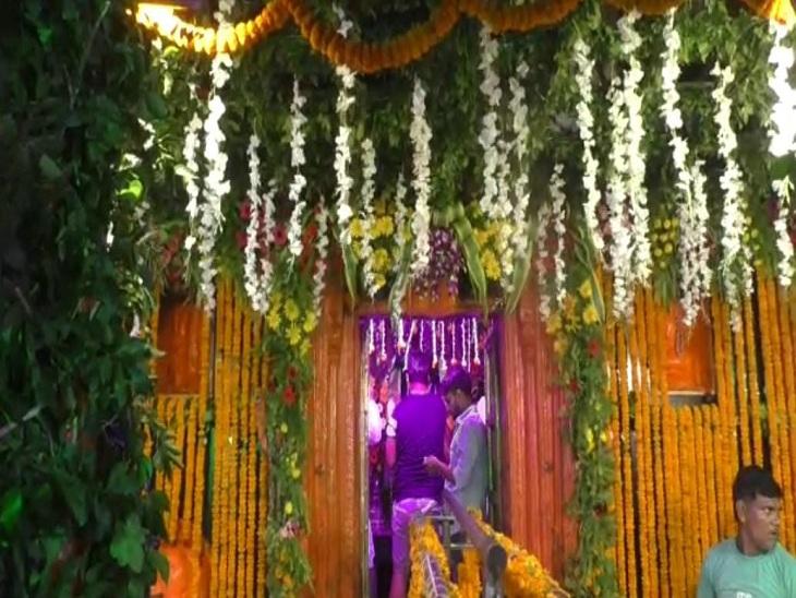 फूल-मालाओं से सजाया गया कालभैरव मंदिर।