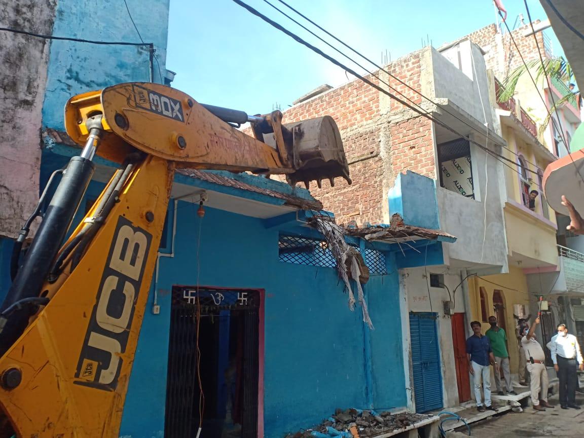 बदमाश का मकान तोड़ती जेसीबी मशीन।
