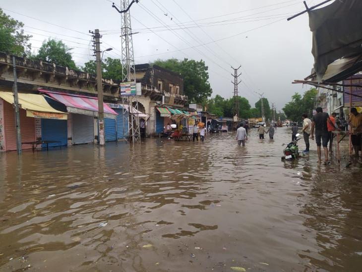 लगातार तीसरे दिन जमकर बरसे बादल, फतेहपुर में दो घंटे में हुई 66 एमएम बरसात से नाले टूटे; सड़के छलनी हुई, शहर को छोड़ जिले में कई जगहों पर बारिश|सीकर,Sikar - Dainik Bhaskar