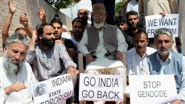 कश्मीर में एक अलगाववादी प्रदर्शन के दौरान सैयद अली शाह गिलानी। -फाइल।