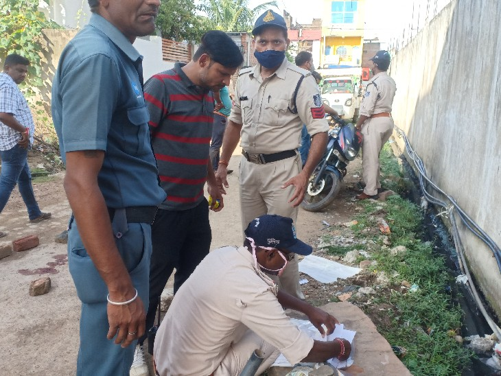 वारदातस्थल से पिस्टल जब्त करती पुलिस। - Dainik Bhaskar