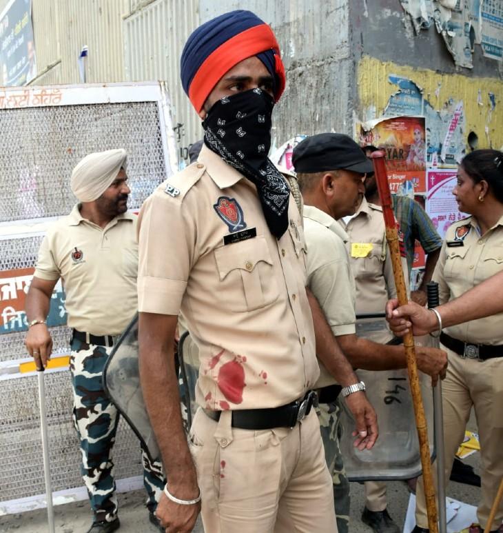 इस घटना में कई पुलिसकर्मियों और किसानों का खून बहा।
