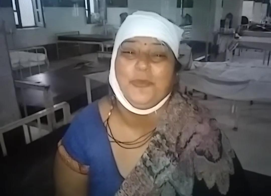 अस्पताल में भर्ती मृतिका की मां मंजू केशरवानी।