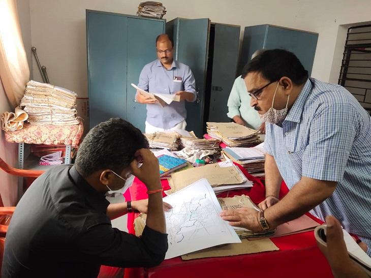 जिलाधिकारी ने मास्टरप्लान कार्यालय का किया निरीक्षण, कहा- शुल्क न जमा कराने वालों के नक्शे होंगे रद, अब ऑनलाइन पास होंगे नक्शे जौनपुर,Jaunpur - Dainik Bhaskar