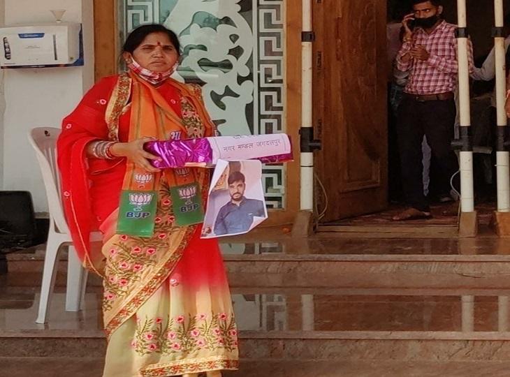 पड़ोसी की किडनी ट्रांसप्लांट के लिएपैसा जुटाने को खड़ी रही महिला कार्यकर्ता; किसी ने एक रुपए भी नहीं दिया जगदलपुर,Jagdalpur - Dainik Bhaskar