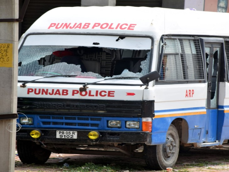 पत्थरबाजी में क्षतिग्रस्त पुलिस की गाड़ी।