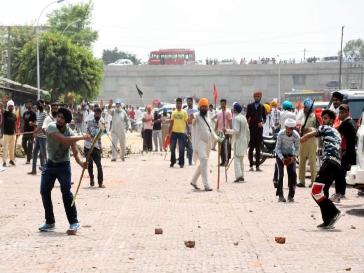 मोगा में सुखबीर की रैली के बाहर पत्थरबाजी करते लोग।