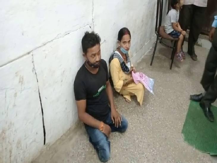 दिव्यांग दंपत्ति को जमीन पर बैठाया, खुद कुर्सी पर बैठे रहे जिला कार्यक्रम अधिकारी, आंगनबाड़ी कार्यकर्ती भर्ती प्रक्रिया की जानकारी लेने गए थे दंपत्ति|रायबरेली,Raibareli - Dainik Bhaskar