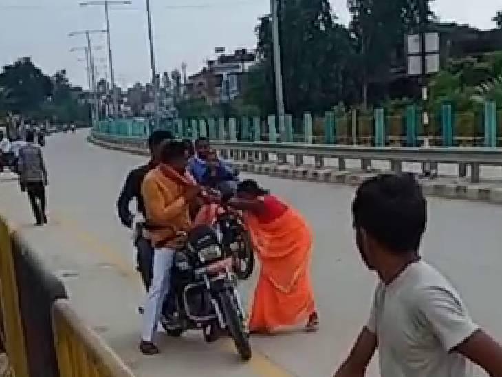 बाराबंकी में BJP मंडल अध्यक्ष को बीच सड़क महिला ने पीटा, नौकरी के नाम पर 75 हजार रुपए लिए थे|उत्तरप्रदेश,Uttar Pradesh - Dainik Bhaskar