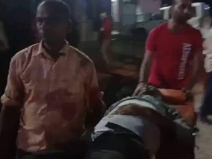 पूर्व ब्लॉक प्रमुख के बेटे के साथ बाइक से जा रहा था, बदमाशों ने की ताबड़तोड़ फायरिंग; घायल को प्रयागराज किया गया रेफर प्रतापगढ़,Pratapgarh - Dainik Bhaskar
