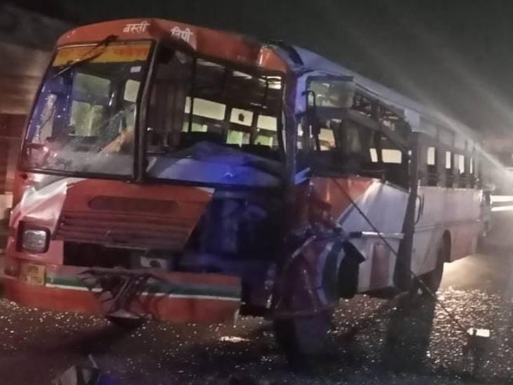 गोरखपुर से कानपुर जा रही थी बस, कंडक्टर समेत 6 यात्री घायल, सभी को लोहिया अस्पताल में भर्ती कराया गया लखनऊ,Lucknow - Dainik Bhaskar