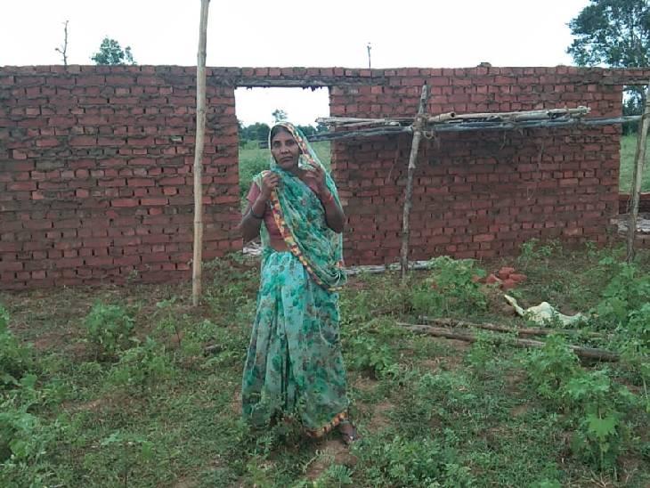 पति की हो चुकी है मौत, भतीजों और उसके बेटों ने महिला को मरा दिखाकर कराई फर्जी वरासत; करा रहे अवैध निर्माण, पीड़ित लगा रही अधिकारियों के चक्कर|सोनभद्र,Sonbhadra - Dainik Bhaskar