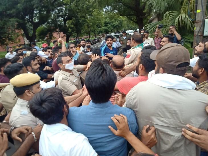दोनों छात्र संगठनों के लोगों को शांत कराती पुलिस