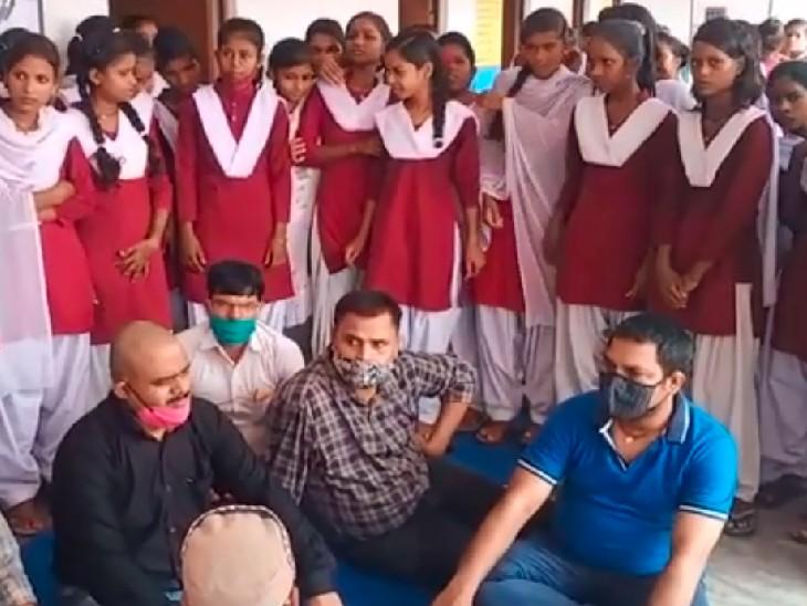 स्कूल में प्रदर्शन करती छात्राएं और शिक्षक। - Dainik Bhaskar