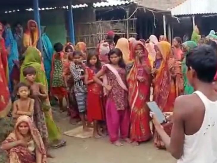 शव मिलने के बाद मौके पर जुटे स्थानीय लोग। - Dainik Bhaskar