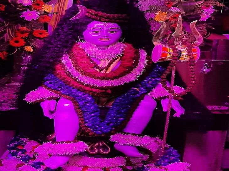 कालभैरव मंदिर में श्रृंगार के बाद भगवान शिव।