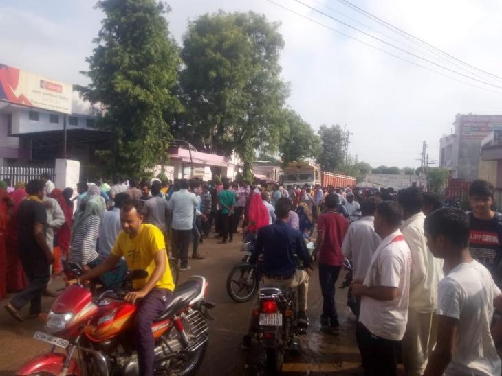 अस्पताल के बाहर लगी भीड़ और बिना मास्क खड़े लोग।