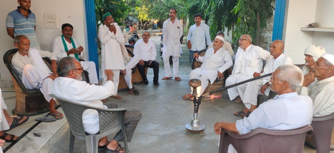 करनावल में महापंचायत की तैयारी के लिए पंचायत करते किसान