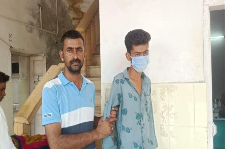 मुंह पर कपड़ा डाल किया अगवा, चिल्लाने पर सिर पर वार किया बेहोश,गंभीर अवस्था मेेंं मिले लड़के को कराया अस्पताल में भर्ती जैसलमेर,Jaisalmer - Dainik Bhaskar